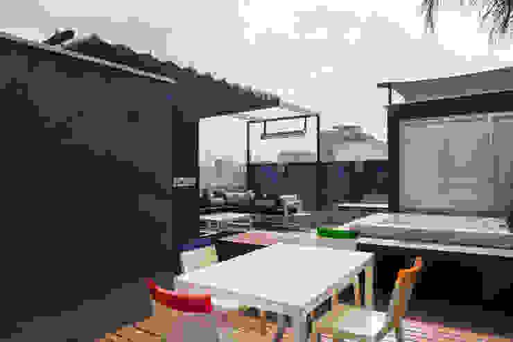 STUDIO COCOONS Modern balcony, veranda & terrace