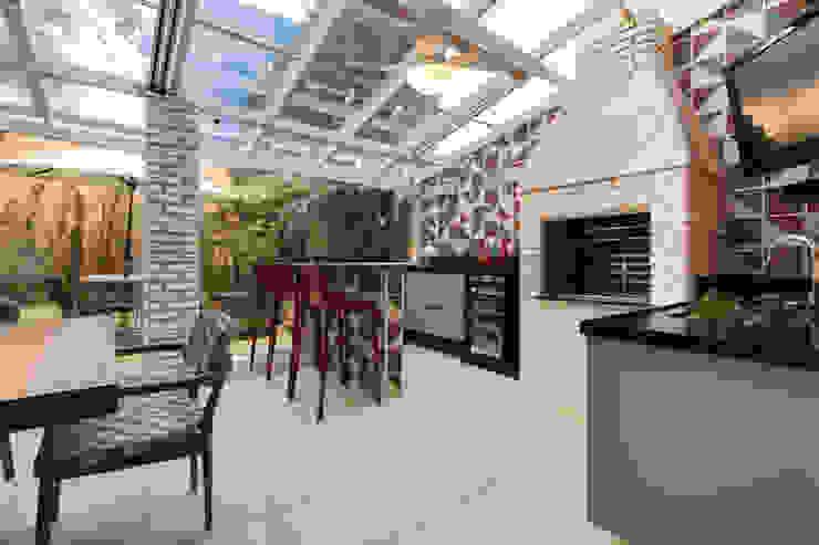 Balcones y terrazas de estilo moderno de Maluf & Ferraz interiores Moderno