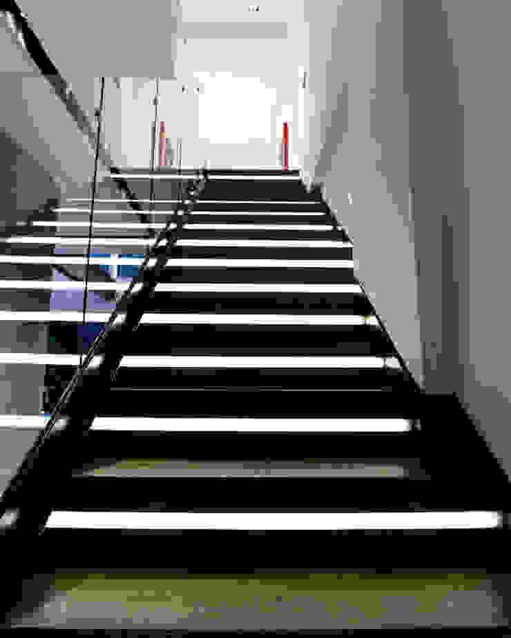 Highlight Black STUDIO COCOONS Pasillos, vestíbulos y escaleras modernos
