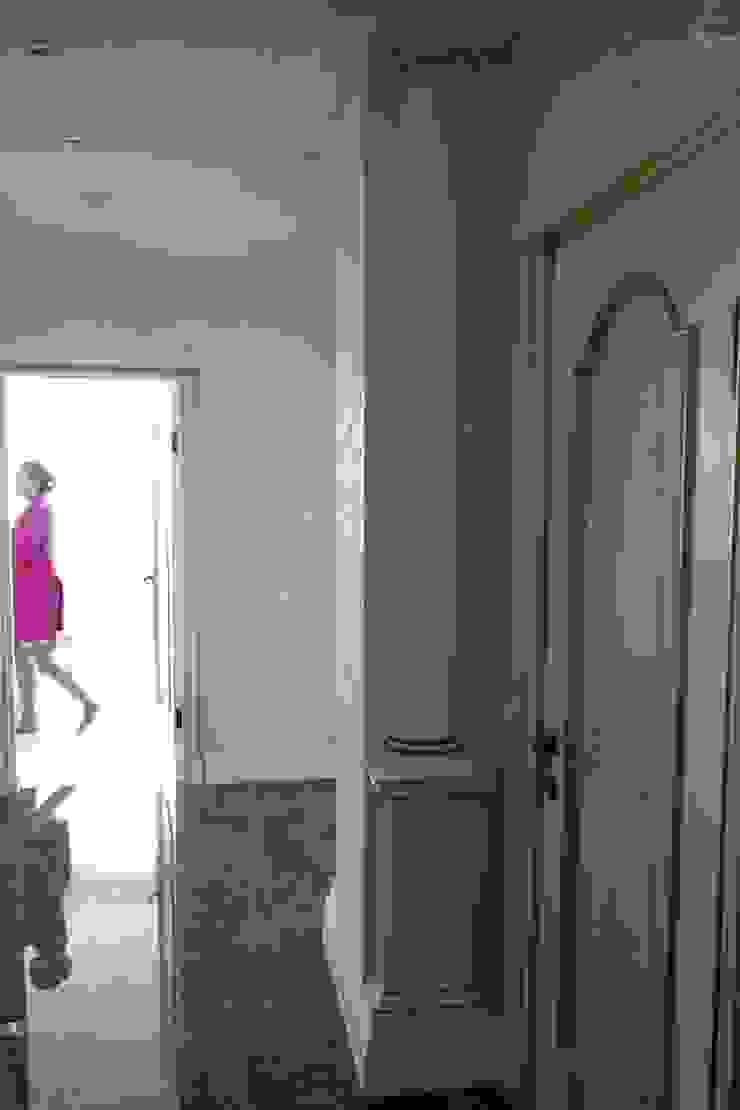 Koridor & Tangga Klasik Oleh Студия интерьерного дизайна happy.design Klasik