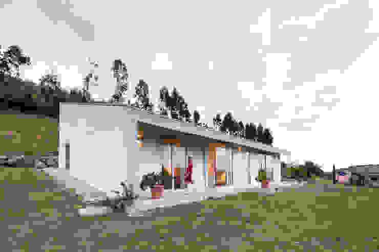 Casas campestres de estilo  por Adriana Martínez, Minimalista Concreto