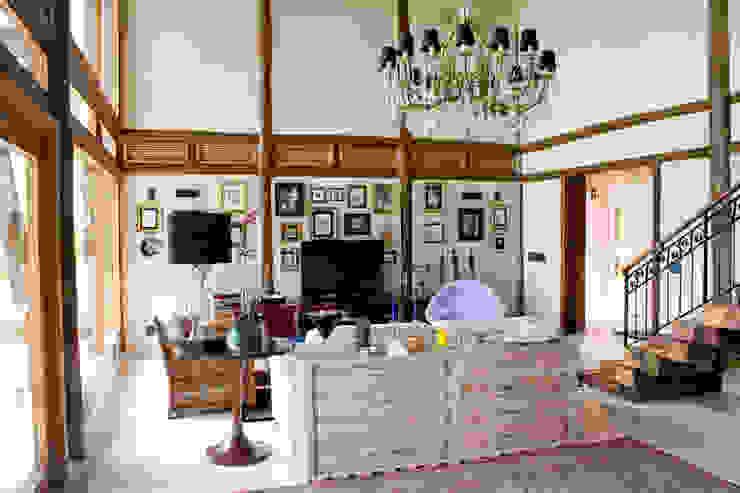 Salones rústicos de estilo rústico de VERRONI arquitetos associados Rústico