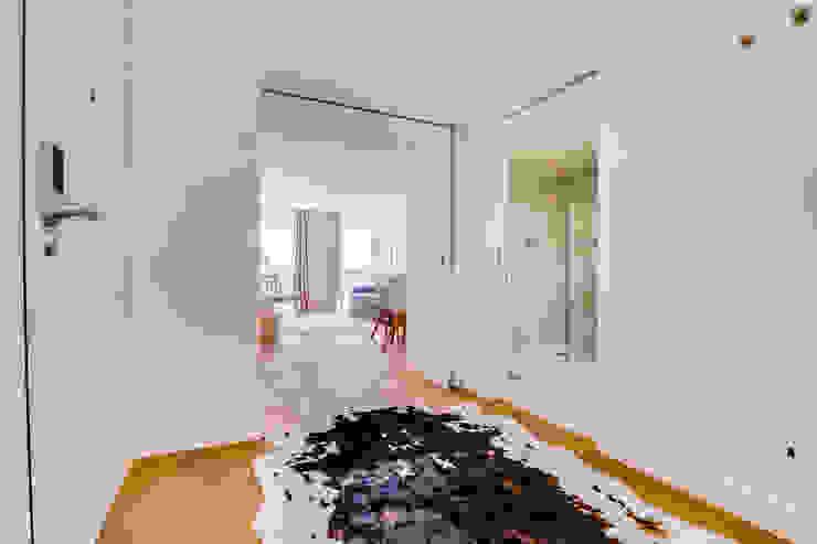 ห้องโถงทางเดินและบันไดสมัยใหม่ โดย Ivo Santos Multimédia โมเดิร์น