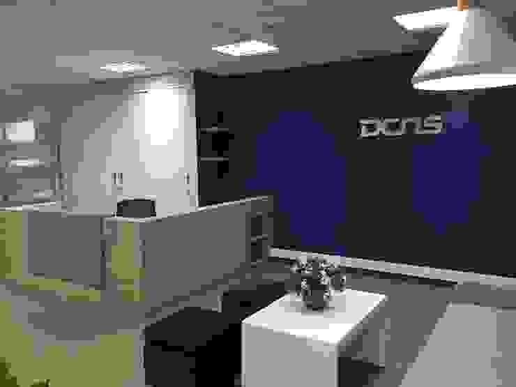 Sala de espera y counter de Recepción de ANA ESTRADA DISEÑO INTERIOR Minimalista Contrachapado
