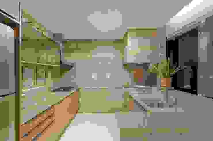 Modern Kitchen by Charis Guernieri Arquitetura Modern
