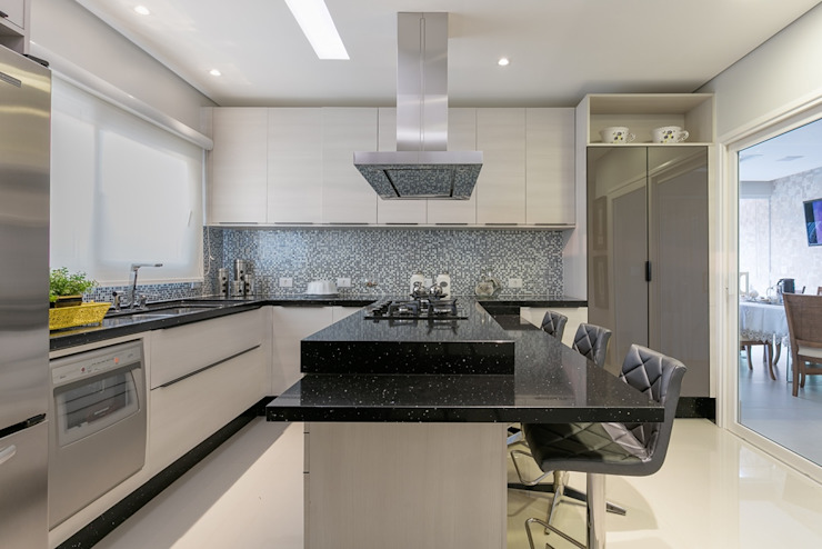 Kitchen by Charis Guernieri Arquitetura, Modern