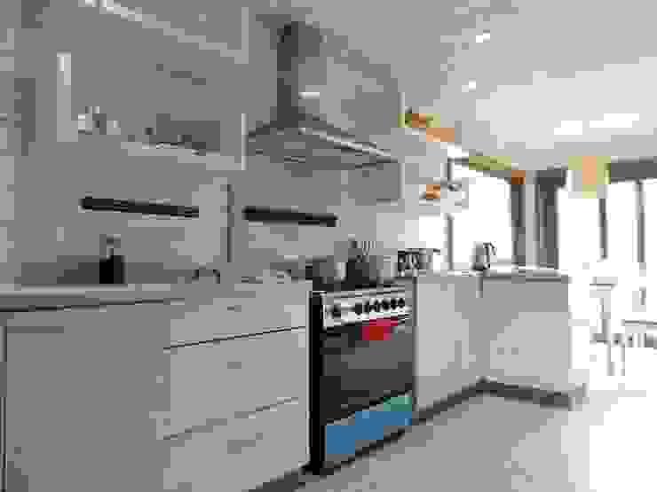 casa en Lago Calafquen Chile Cocinas de estilo rústico de David y Letelier Estudio de Arquitectura Ltda. Rústico