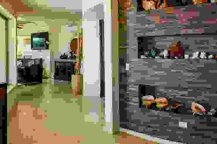 Eklektyczny korytarz, przedpokój i schody od DHI Arquitectos y Constructores de la Riviera Maya Eklektyczny