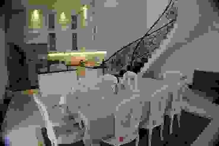 Rumah di Duren Sawit, jakarta Ruang Makan Klasik Oleh Anantawikrama Studio Klasik