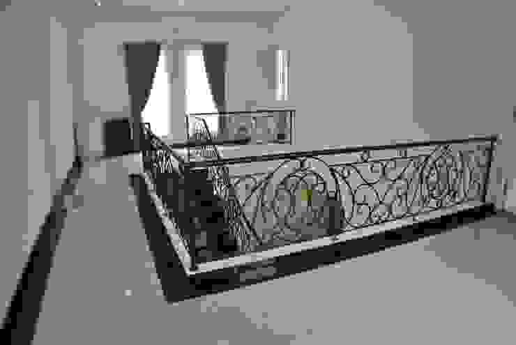 Rumah di Duren Sawit, jakarta Dinding & Lantai Gaya Klasik Oleh Anantawikrama Studio Klasik