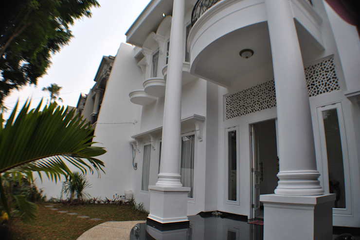 Rumah di Duren Sawit, jakarta Balkon, Beranda & Teras Klasik Oleh Anantawikrama Studio Klasik