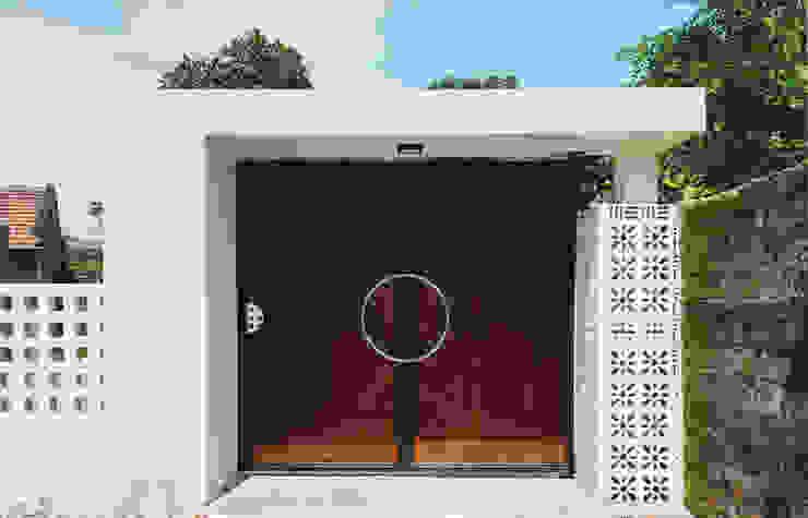 Puertas principales de estilo  por RÂU ARCH