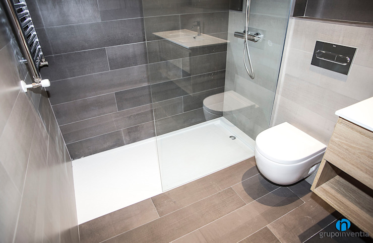 Salle de bain moderne par Grupo Inventia Moderne Tuiles