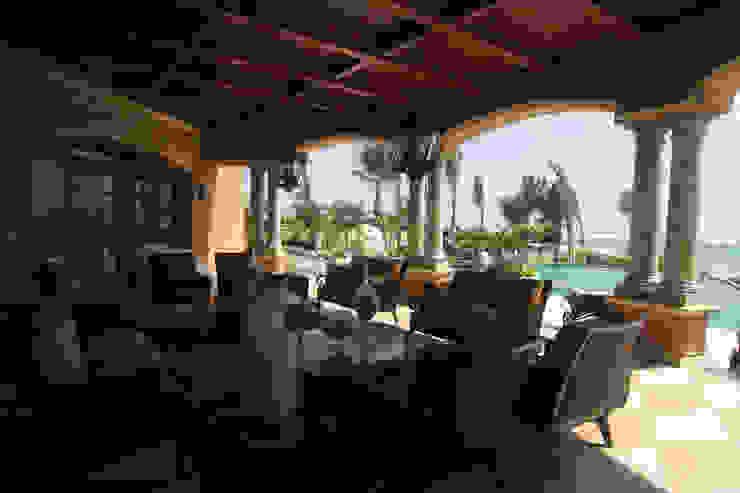 Balcones y terrazas de estilo colonial de DHI Riviera Maya Architects & Contractors Colonial