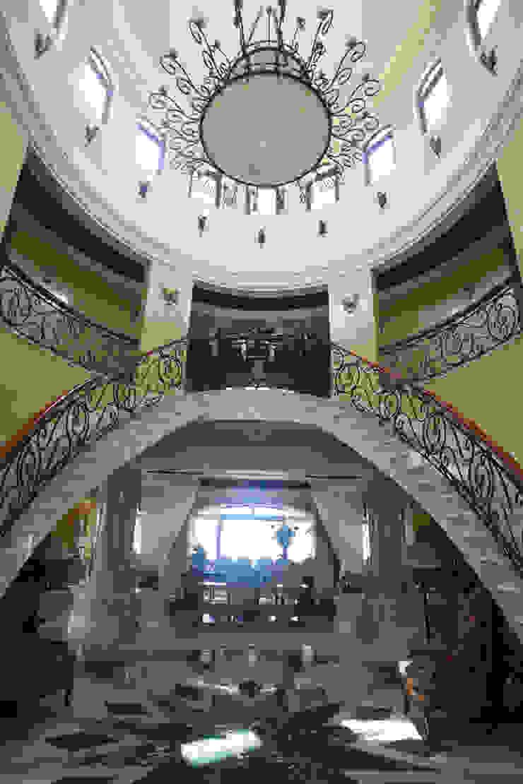 Pasillos, vestíbulos y escaleras de estilo ecléctico de DHI Riviera Maya Architects & Contractors Ecléctico