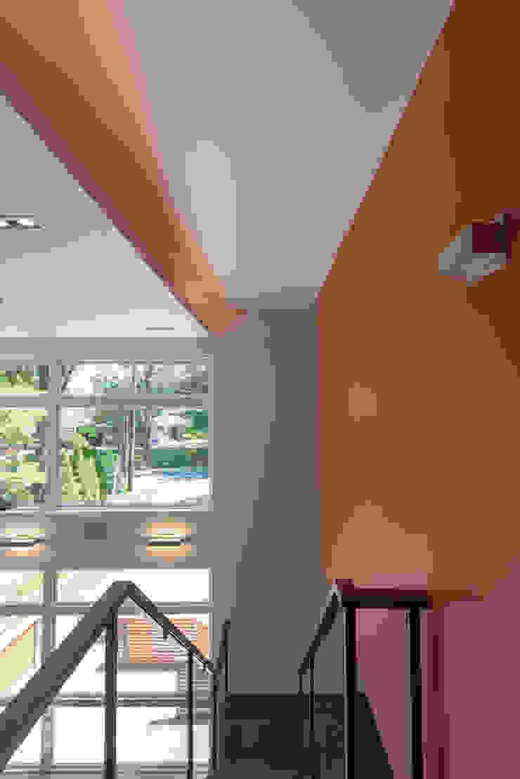 Corredores, halls e escadas modernos por ARCHI-TEXTUAL, PLLC Moderno