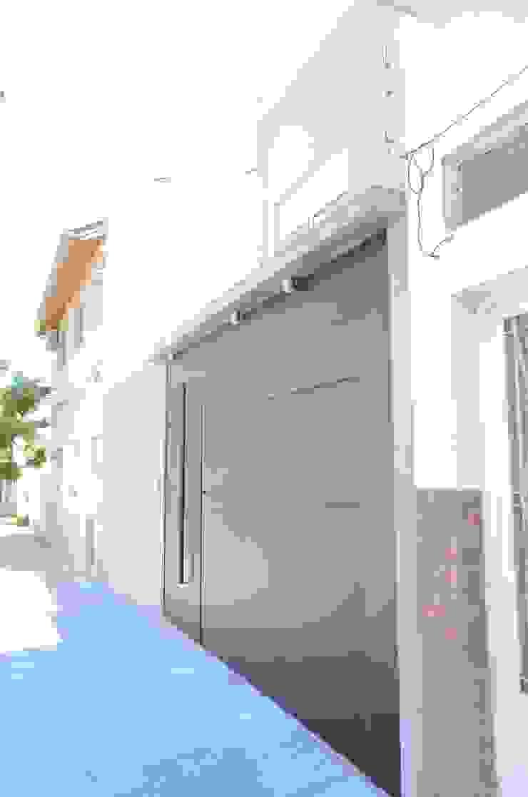 Fachada. Vista portón acceso a garage. de NG Estudio Moderno Metal