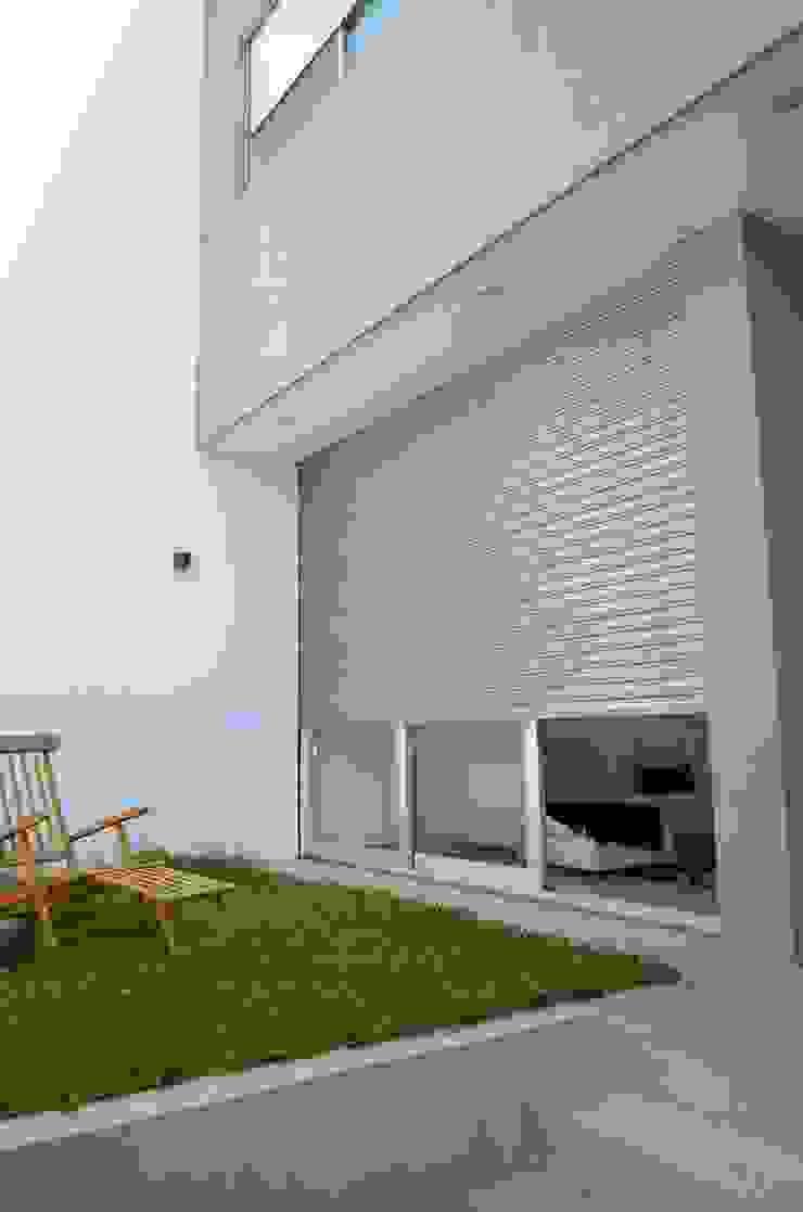 Patio frente. Acceso de fachada. de NG Estudio Moderno Concreto reforzado