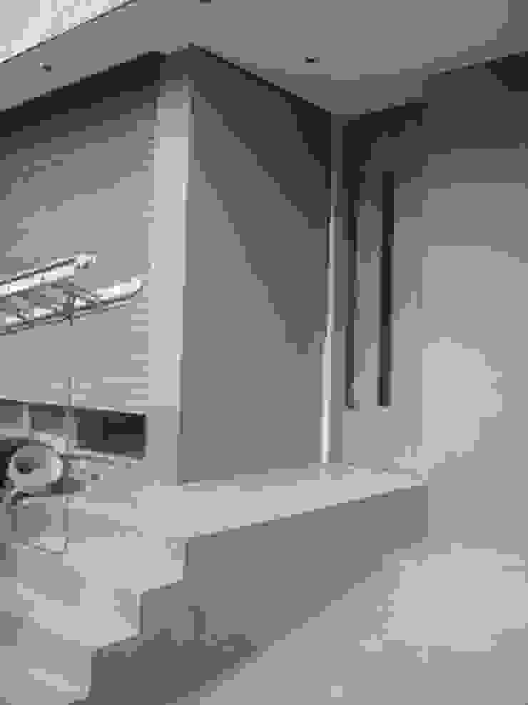Acceso principal. Fachada de patio interior. de NG Estudio Moderno Concreto reforzado
