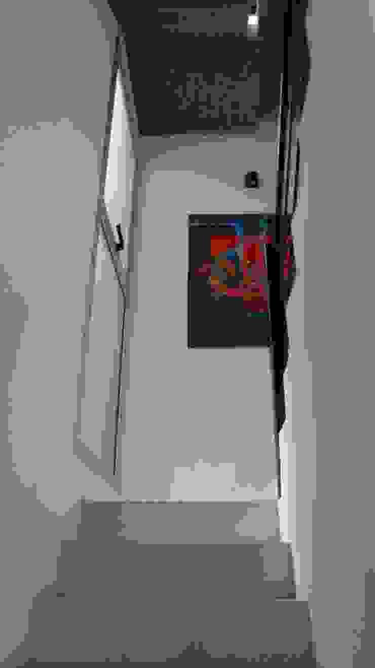 Escalera. Ventanales laterales. Pasillos, vestíbulos y escaleras modernos de NG Estudio Moderno Hormigón