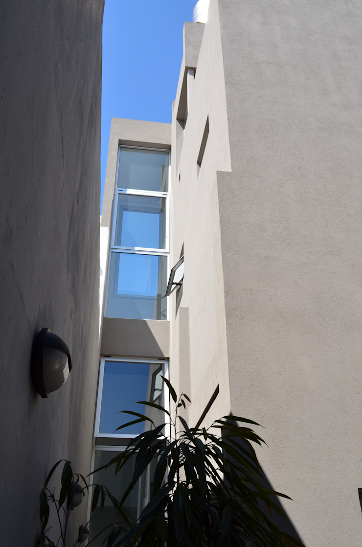Ventanas escalera. Entrada de luz lateral. Puertas y ventanas modernas de NG Estudio Moderno Concreto reforzado