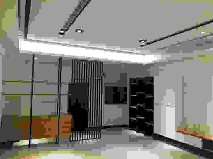 新竹透天厝 黑、白、木紋 經典三色 现代客厅設計點子、靈感 & 圖片 根據 捷士空間設計(省錢裝潢) 現代風