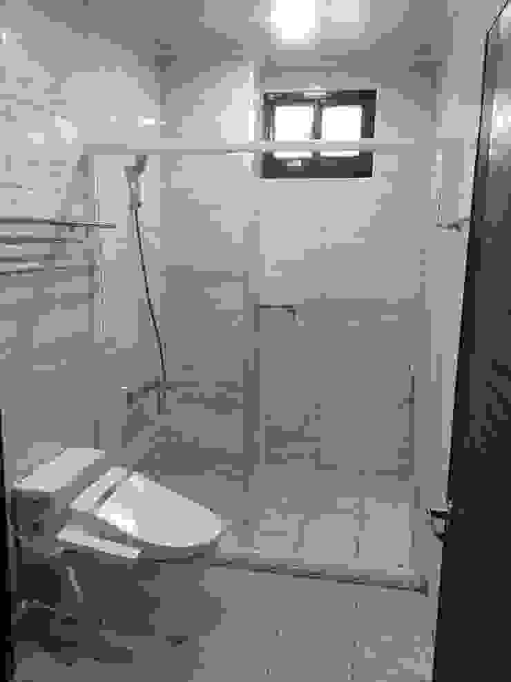 新竹透天厝 黑、白、木紋 經典三色 現代浴室設計點子、靈感&圖片 根據 捷士空間設計(省錢裝潢) 現代風