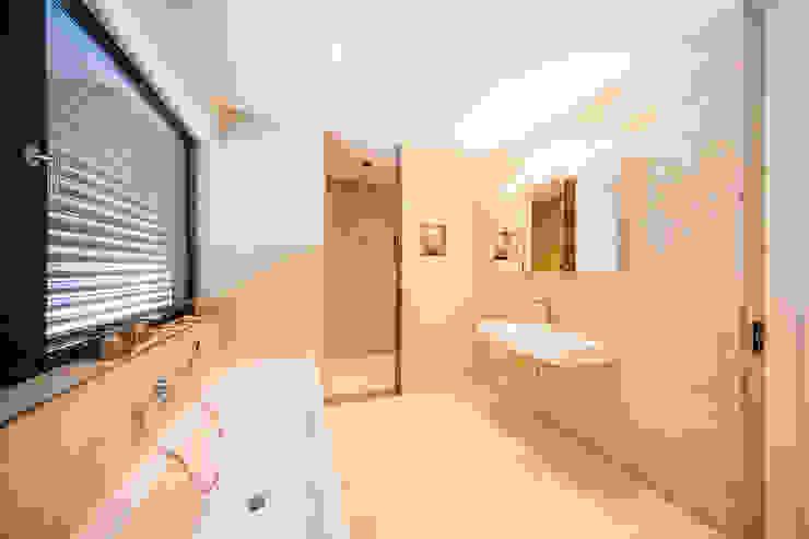 Spiel mit drei Kuben Moderne Badezimmer von Helwig Haus und Raum Planungs GmbH Modern