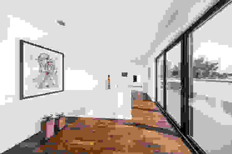 Pasillos y vestíbulos de estilo  de Helwig Haus und Raum Planungs GmbH, Moderno