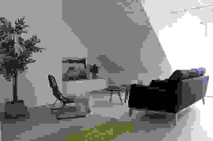 Wohnzimmer mit Dachschräge:  Wohnzimmer von Home Staging Nordisch,