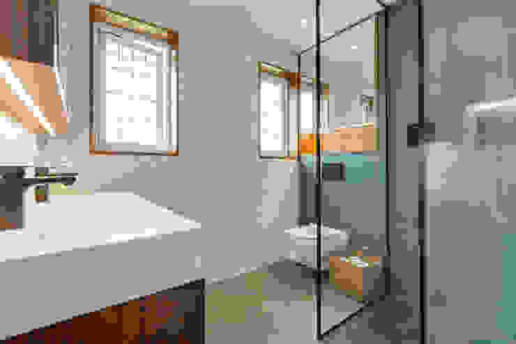 Sandpit Lane Modern bathroom by Novispace Modern Slate