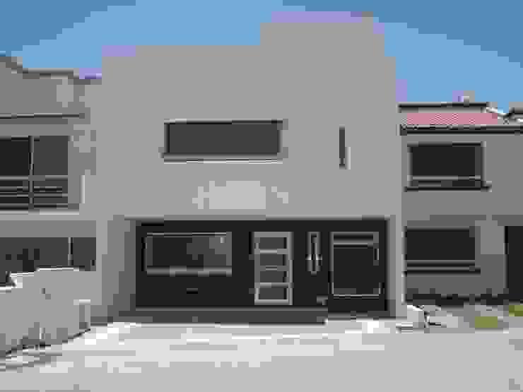 FACHADA PRINCIPAL Casas de estilo minimalista de URBANZA Minimalista