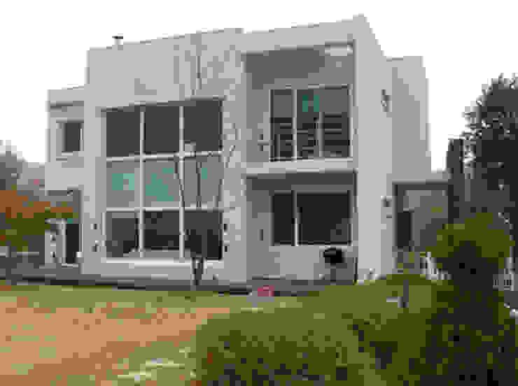 모던 디자인의 전원주택 컨트리스타일 주택 by (주)현대디자인건축 컨트리