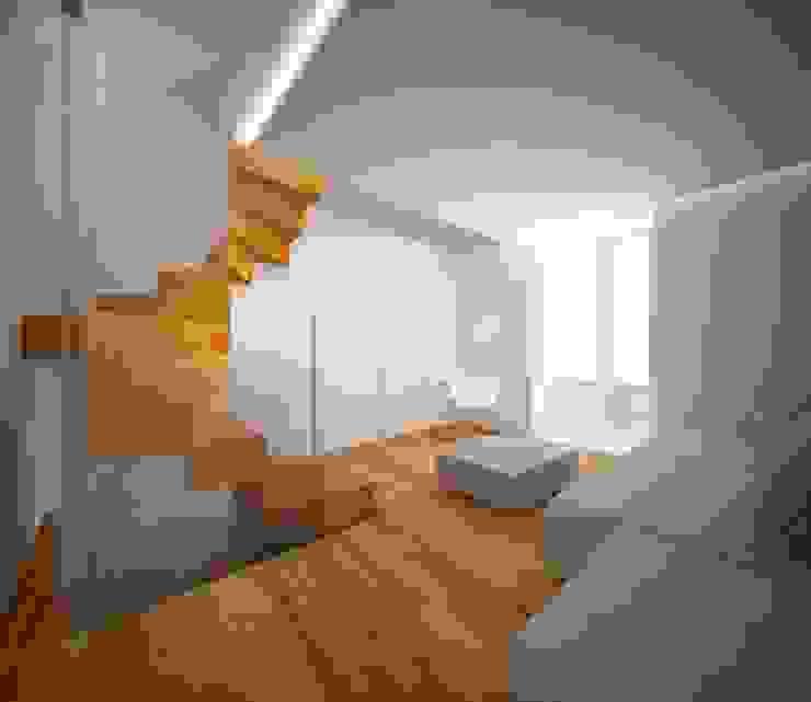 Minimalistische gangen, hallen & trappenhuizen van Studio di architettura Polisano Minimalistisch