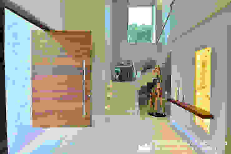 Pasillos, vestíbulos y escaleras modernos de Tania Bertolucci de Souza | Arquitetos Associados Moderno