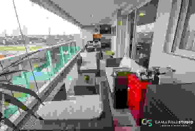 Área social de apartamento contemporâneo Varandas, alpendres e terraços modernos por Camarina Studio Moderno