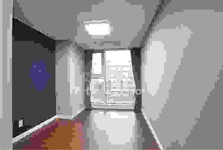 호텔객실같이 깔끔한 아파트 인테리어_47평대 모던스타일 서재 / 사무실 by 디자인 아버 모던