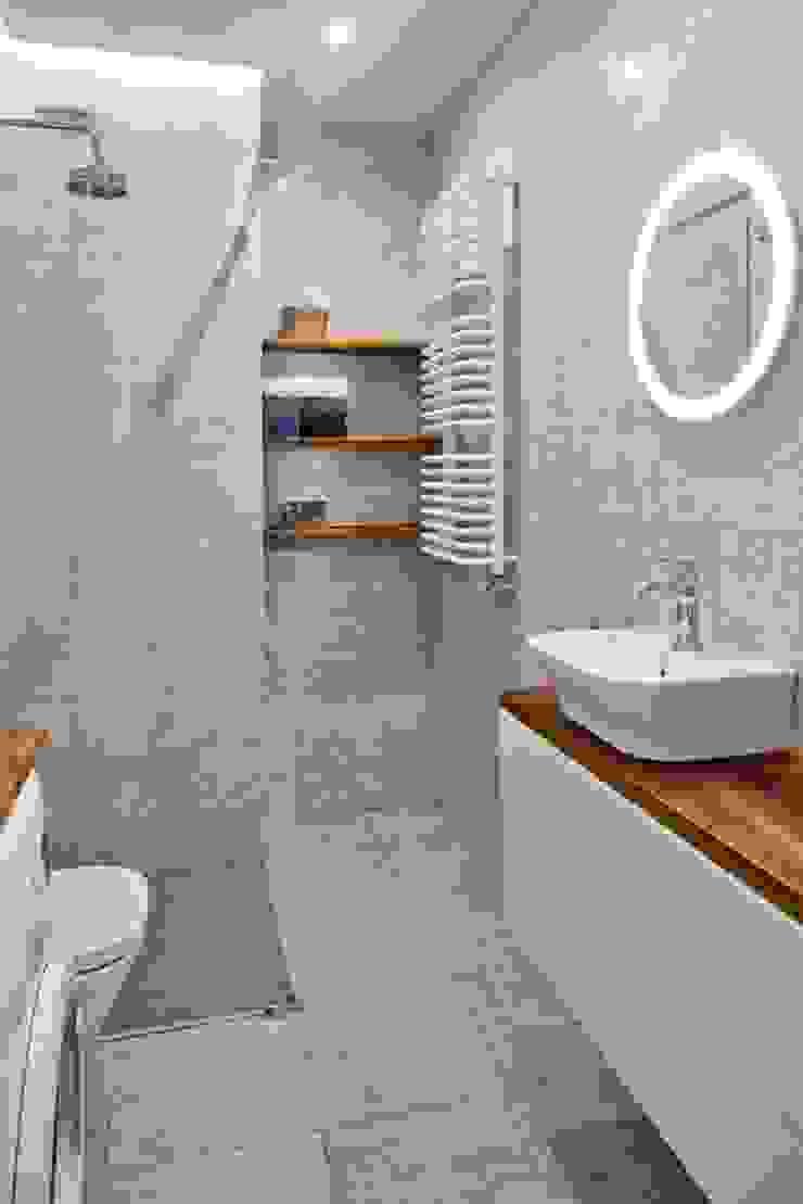 Salle de bain scandinave par All Arquitectura Scandinave Bois Effet bois