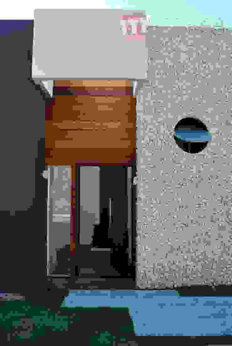 Studio RW Arquitetura Modern corridor, hallway & stairs