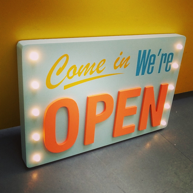 Come in We are Open Illuminated LED Light Up Object Wooden Vintage Wall Decoration de Vintagist.com Rústico