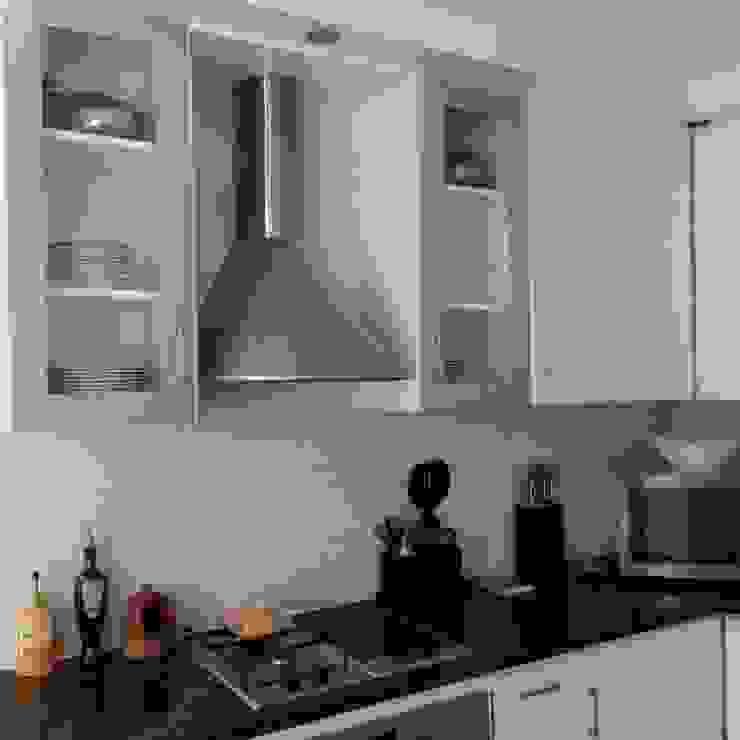 Kitchen Make-over in Harbour Island Modern kitchen by Cape Kitchen Designs Modern MDF