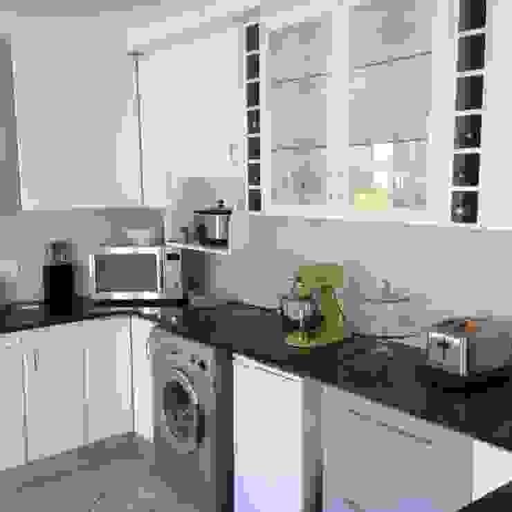 Kitchen Make-over in Harbour Island Modern kitchen by Cape Kitchen Designs Modern