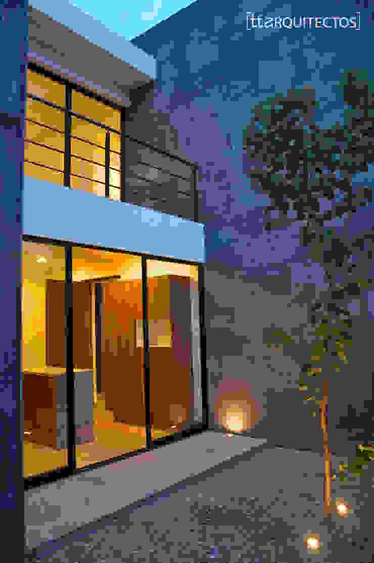 [TT ARQUITECTOS] Modern balcony, veranda & terrace Grey