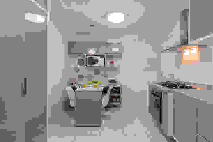 Modern kitchen by DM ARQUITETURA E ENGENHARIA Modern
