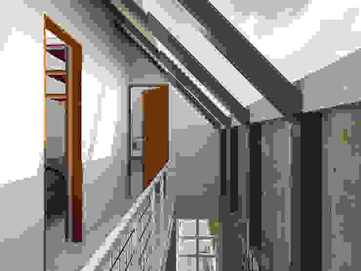 Interior - Tangga & Koridor: Koridor dan lorong oleh SODA Indonesia, Modern Beton