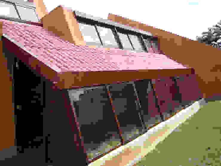Fachada norte: Casas campestres de estilo  por CUNA ARQUITECTURA INGENIERÍA SOSTENIBLE,