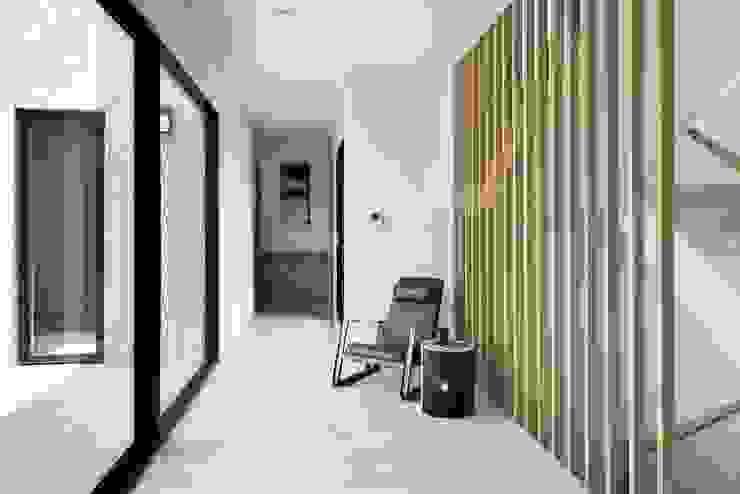 光合之家 現代風玄關、走廊與階梯 根據 行一建築 _ Yuan Architects 現代風