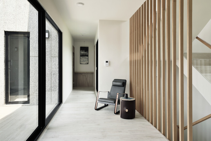 Corridor & hallway by 行一建築 _ Yuan Architects,