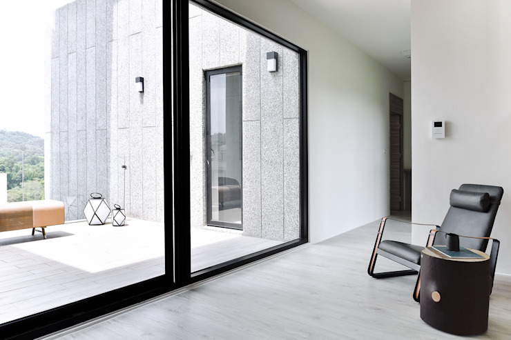 Modern Corridor, Hallway and Staircase by 行一建築 _ Yuan Architects Modern