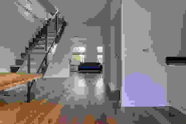 verbouw monument tot 2 appartementen Moderne woonkamers van CMOarchitect bna Modern